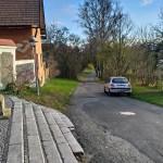 ulice směrem k domu od kostela